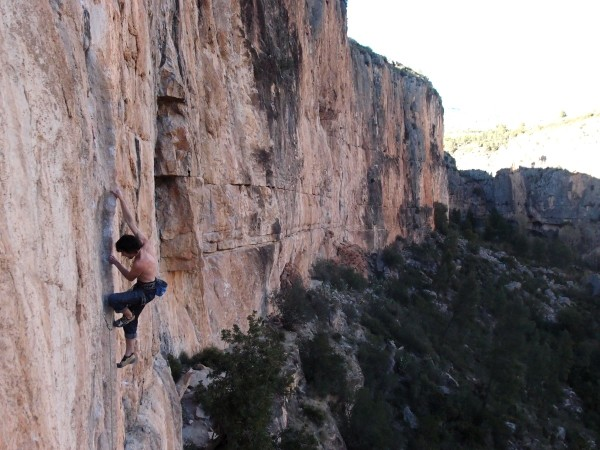 Glyn Hudson flashing Entre dos caminos 8a at Pared de la Enfrente